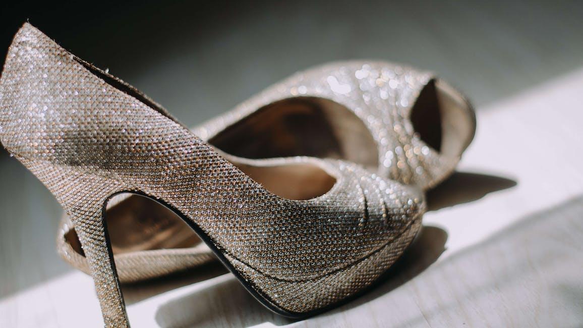 skor med höga klackar